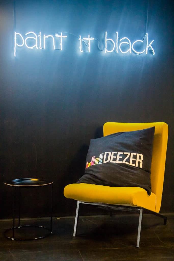 Locaux de Deezer avec musique, pour un article sur la kermesse et la roadmap produit